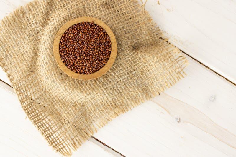 Rode quinoa zaden op grijs hout royalty-vrije stock fotografie