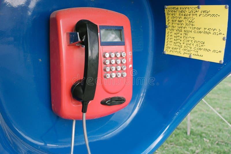 Rode retro telefoon in de cabine stock afbeeldingen