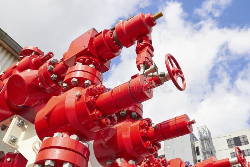 Rode reusachtige hydraulische kranen op blauwe hemelachtergrond stock fotografie