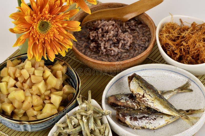 Rode rijsthavermoutpap, gezond ontbijtmenu op een witte achtergrond royalty-vrije stock fotografie