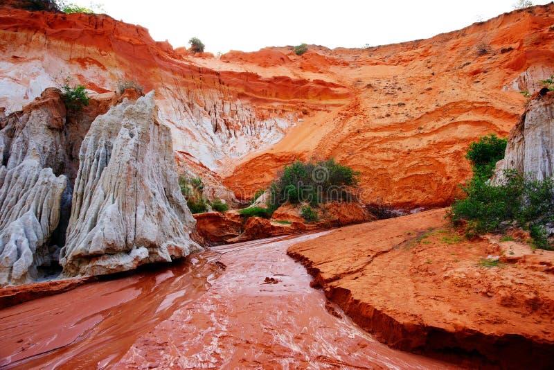Rode rivier die de Ham Tien-canion doornemen stock foto's