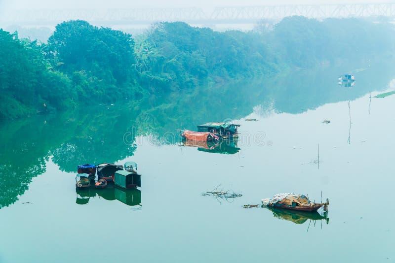 Rode Rivier en boten onder Lange Bien-Brug in Hanoi 2018 stock afbeelding