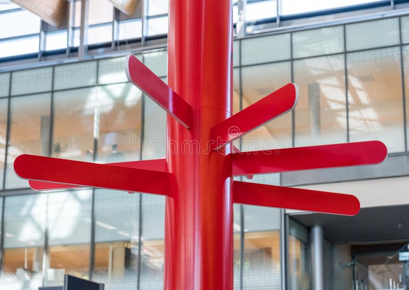 Rode ronde plaat houten wegwijzer royalty-vrije stock afbeelding