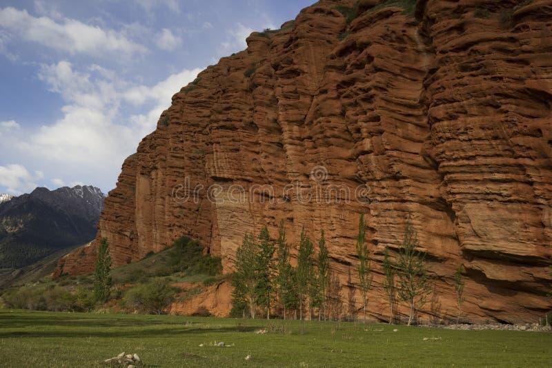 Rode rotsen in Djety Oguz, Kyrgyzstan stock afbeeldingen