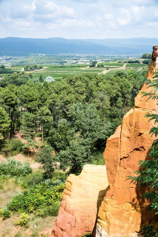 Rode rotsen/oker gekleurde klei dichtbij Roussillon, Frankrijk stock fotografie