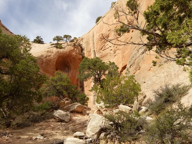 Rode rotsmuren met blauwe hemel De sleep van de vensterrots, Arizona stock foto