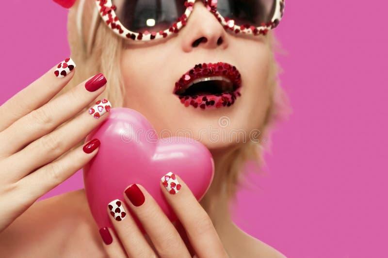 Rode roze manicure en make-up stock afbeelding