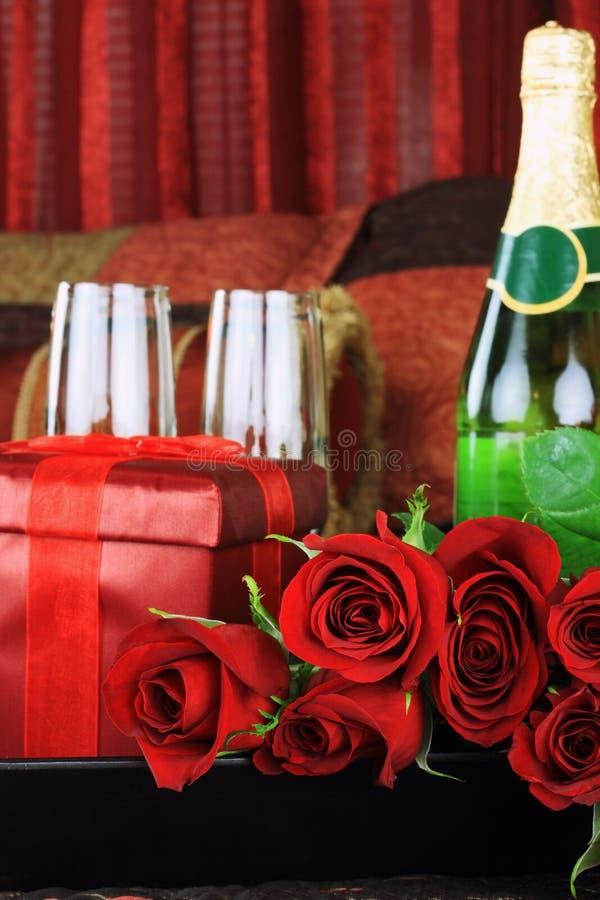 Rode rozen en Wijn stock afbeeldingen