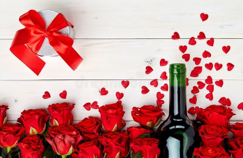 Rode rozen en wijn op witte achtergrond stock foto's