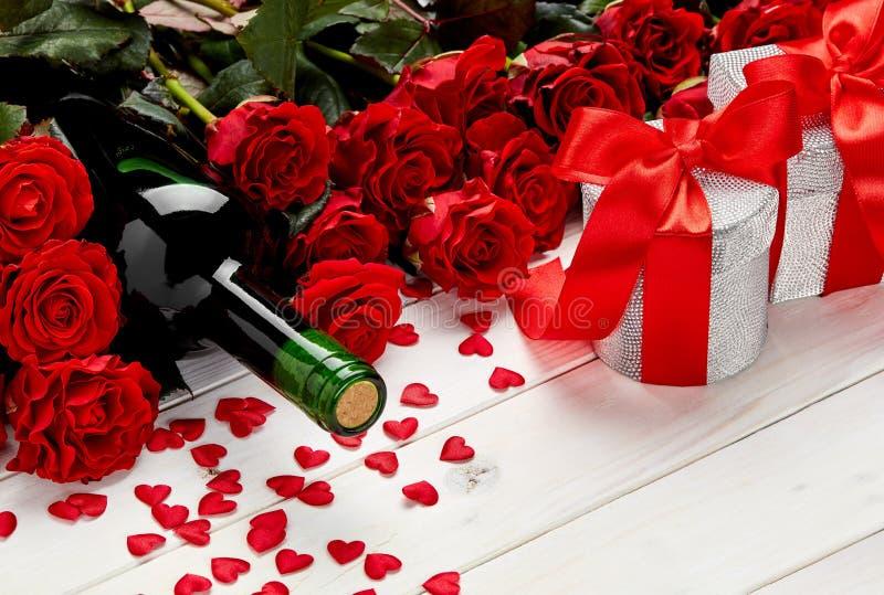 Rode rozen en wijn op witte achtergrond stock fotografie