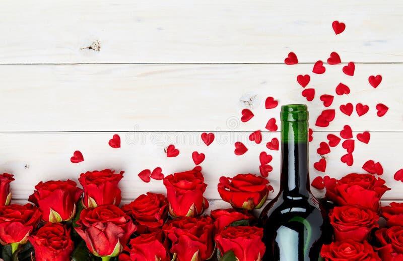 Rode rozen en wijn op witte achtergrond royalty-vrije stock afbeeldingen