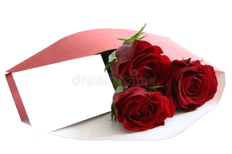 Rode rozen in envelop op wit royalty-vrije stock afbeelding