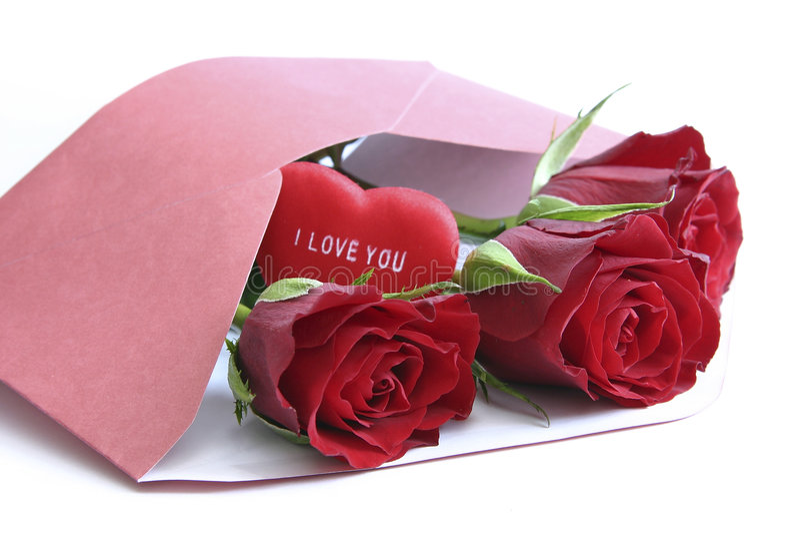 Rode rozen in envelop op wit royalty-vrije stock foto