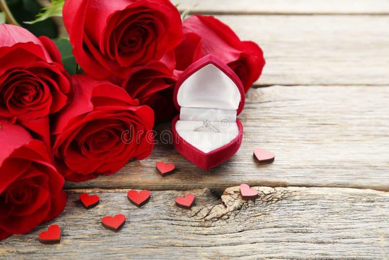Rode rozen met zilveren ring royalty-vrije stock afbeelding