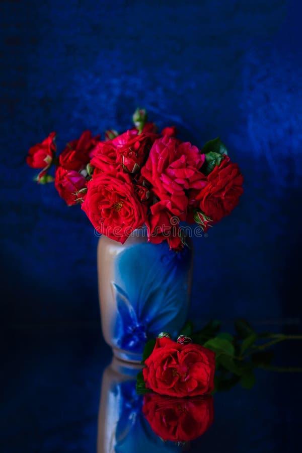 Rode rozen op een blauwe achtergrond royalty-vrije stock foto's