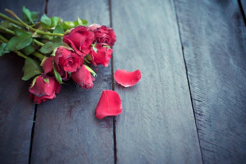 Rode rozen op houten achtergrond, Retro wijnoogst, stock afbeeldingen