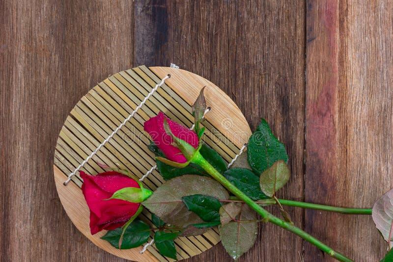 rode rozen op oude houten achtergrond (valentijnskaartconcept) stock afbeeldingen
