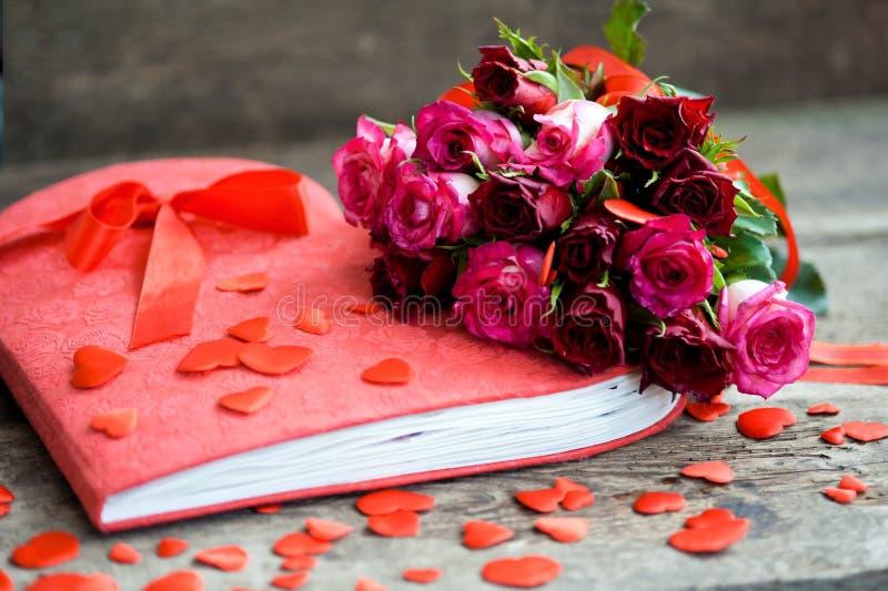 rode rozen voor de vakantie van liefde en geluk royalty-vrije stock foto's