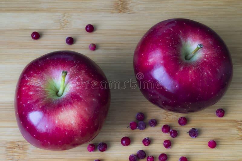 Rode sappige appelen voor voedsel stock afbeeldingen