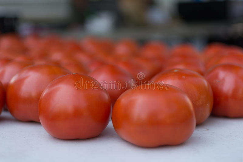 Rode sappige tomaten in een landbouwersmarkt royalty-vrije stock afbeeldingen