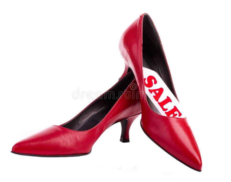 Rode schoenen met etiketverkoop royalty-vrije stock afbeelding