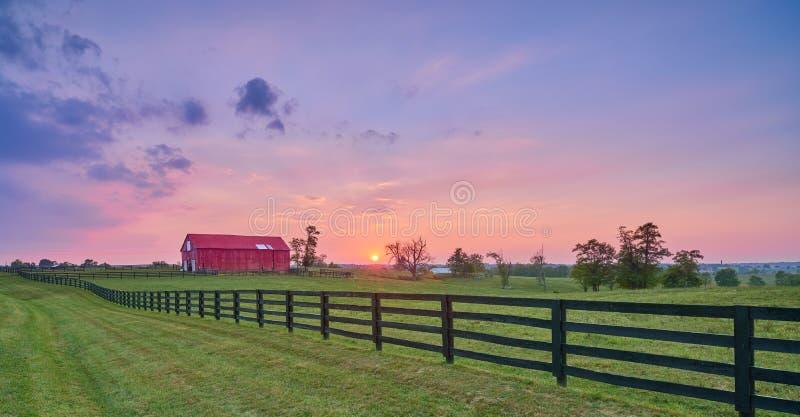 Rode Schuur bij Zonsondergang stock foto