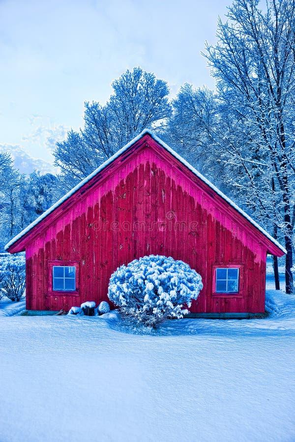 Rode schuur in de wintersneeuw. royalty-vrije stock foto's