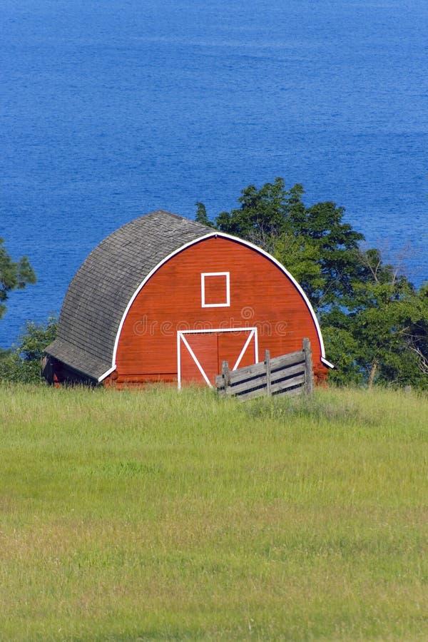 Rode schuur door het meer royalty-vrije stock foto