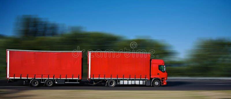 Rode semi vrachtwagen met traile stock afbeelding