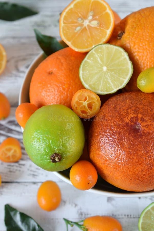 Rode sinaasappel, kalk, citroen en kumquats stock afbeeldingen