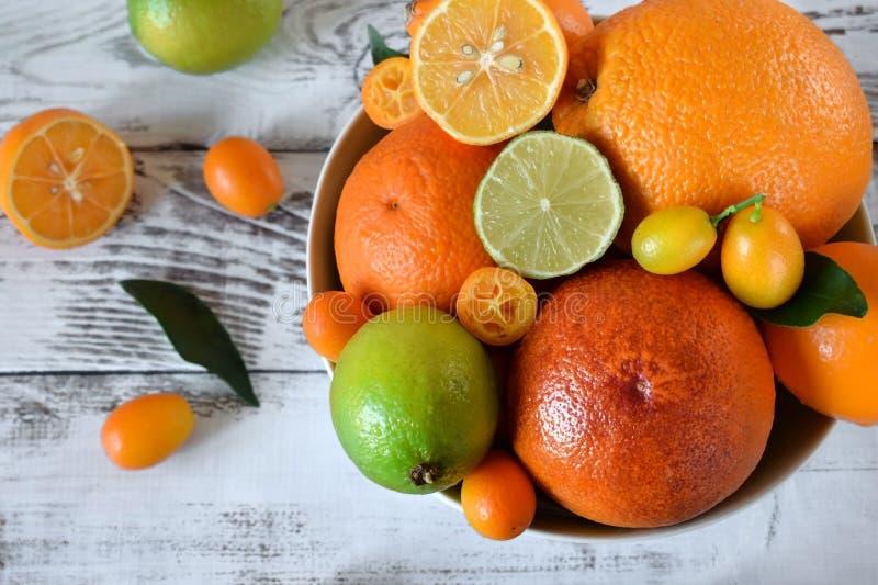 Rode sinaasappel, kalk, citroen en kumquats stock foto's