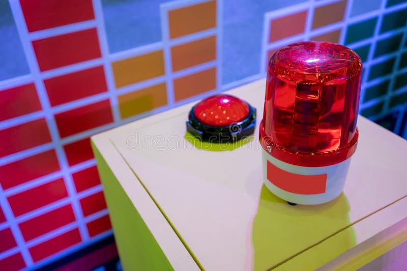 Rode sirene op metaalkabinet Waarschuwingslicht voor veiligheid royalty-vrije stock foto's