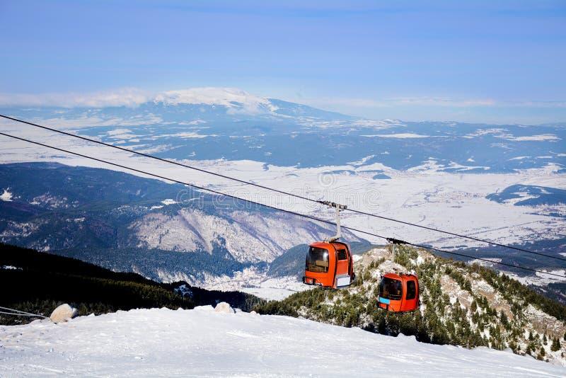 Rode skilift in skitoevlucht Borovets in Bulgarije Mooi de winterlandscape stock fotografie