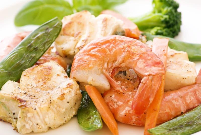 Rode Snapper met groenten royalty-vrije stock afbeelding