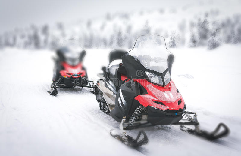 Rode Sneeuwscooter in Fins Lapland stock foto's