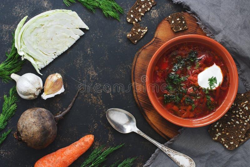 Rode soep, kool, bieten, wortelen, uien, knoflook, roggecrackers op een donkere oppervlakte met ruimte voor tekst Hoogste mening royalty-vrije stock afbeelding
