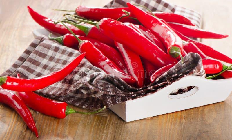 Rode Spaanse peperpeper in een houten doos stock foto
