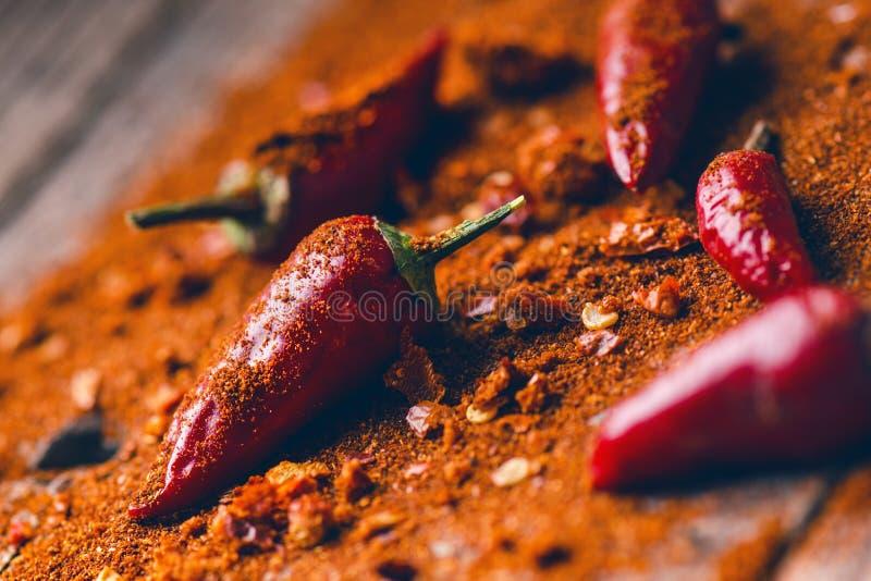 Rode Spaanse peperspeper, kruidig op een houten lepel Groente op een donkere, houten lijst Concept heet voedsel royalty-vrije stock fotografie