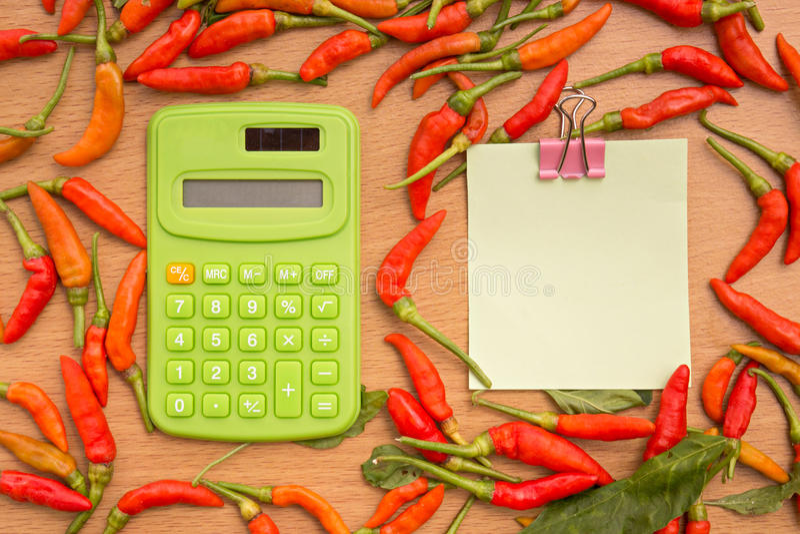 Rode Spaanse peperspeper met notadocument en calculator royalty-vrije stock foto's