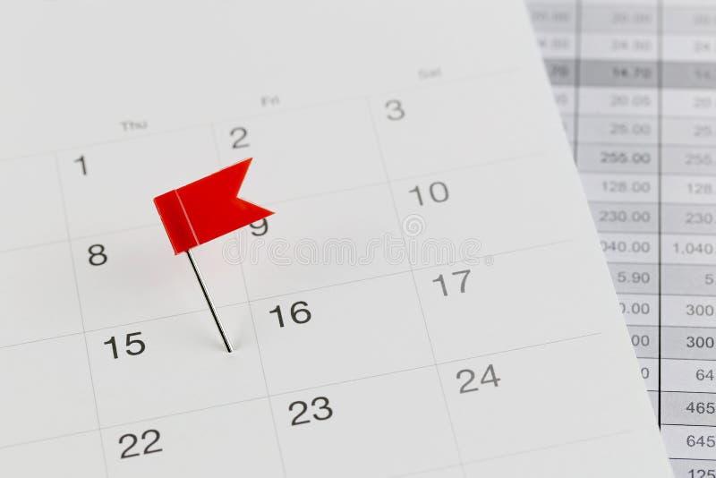 Rode Spelden aan Wilde stakingen op de kalender naast het aantal van fiftee stock foto's