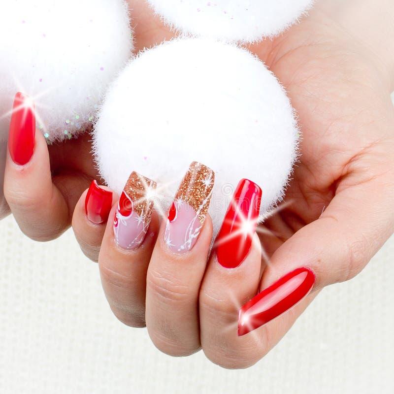 Rode spijkers die voor uw fantastische Kerstmis worden verfraaid stock foto's