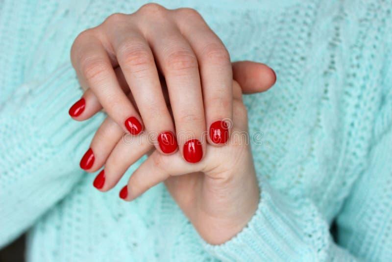 Rode spijkers, manicure royalty-vrije stock afbeeldingen