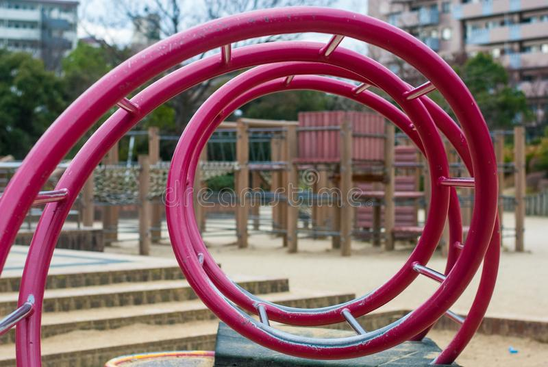 Rode spiraalvormige bar in speelplaats in Japan met de bouw van achtergrond royalty-vrije stock foto's