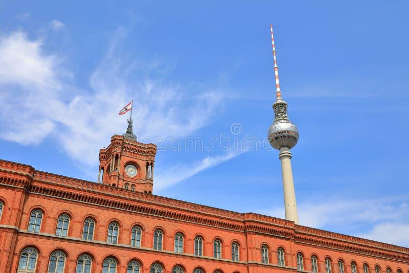 Rode Stad Hall Rotes Rathaus en Berlin Television Tower Berliner Fernsehturm, Berlijn, Duitsland Deutschland royalty-vrije stock afbeelding