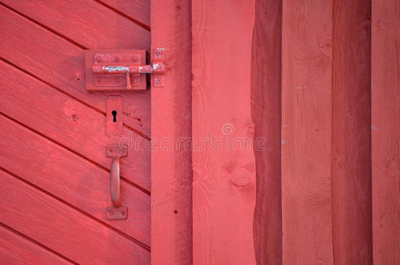 Rode staldeur met handvat en zeer belangrijk gat en deadbolt slot royalty-vrije stock afbeeldingen