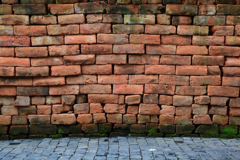 Rode steenbakstenen muur met bestrating royalty-vrije stock foto
