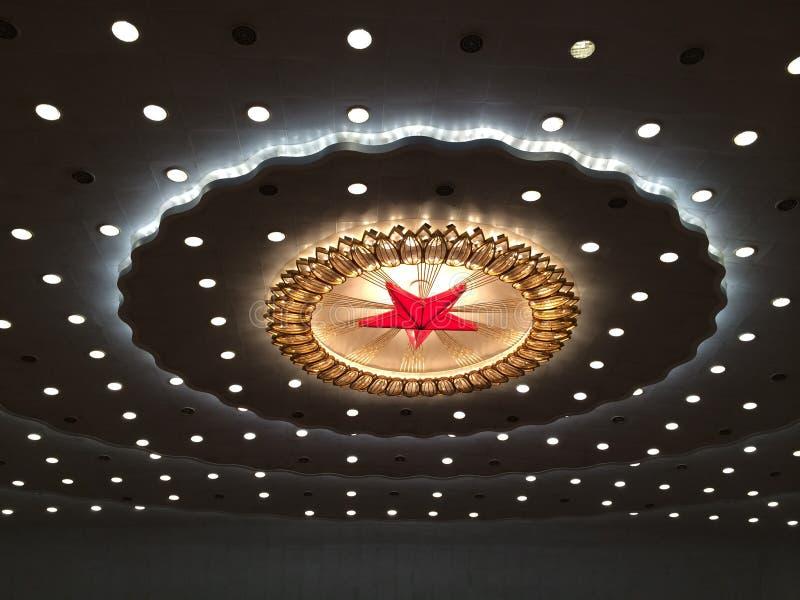 Rode ster en verlichting op het plafond van de Grote Zaal van Mensen in Peking royalty-vrije stock foto's