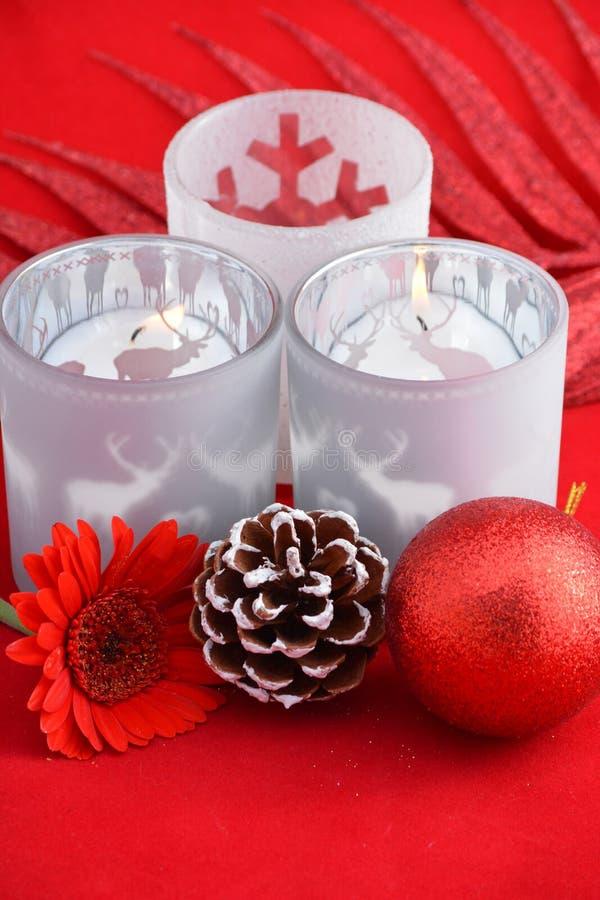 Rode stillevenachtergrond met grijze, witte Kerstmisdecoratie en vrolijke Kerstmisteksten stock foto