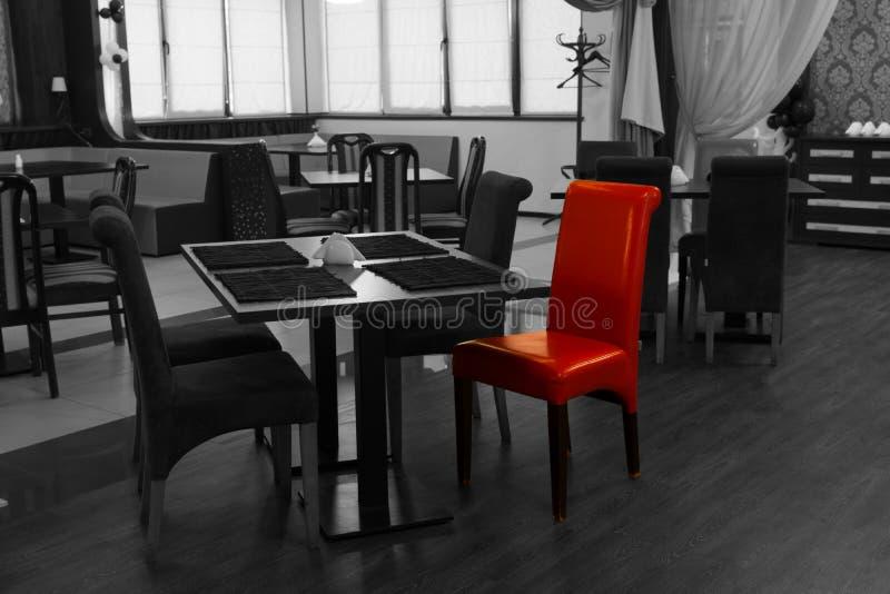 Rode stoel in een nachtclubbinnenland royalty-vrije stock afbeeldingen