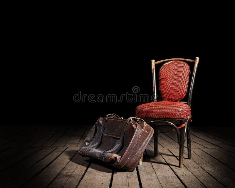 Rode stoel en koffer stock foto